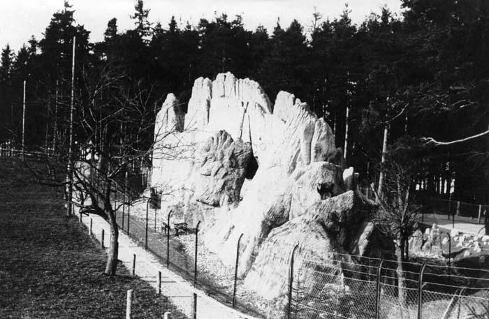 1907 bis 1912 entstehen weitere Kunstfelsen. Auf ein Holzgerüst wurde Dachpappe und Drahtgeflecht genagelt und auf dem Grundgerüst mit Zement die Felsstruktur aufgebaut.