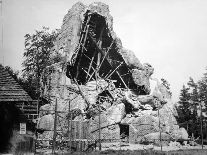 Der grosse Steinbockfels stürzt während eines Föhnsturms teilweise ein.